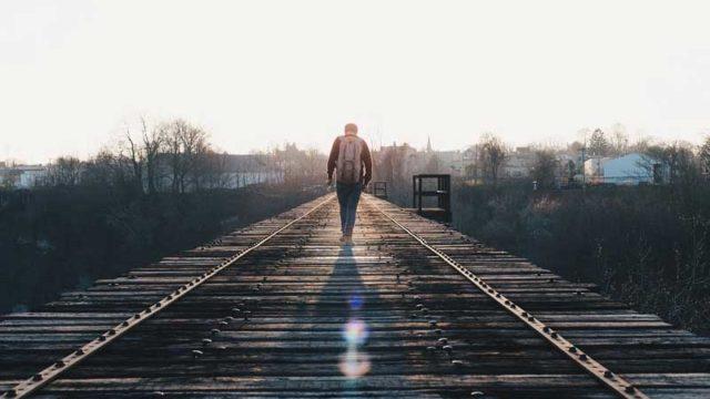 線路上を独りで歩く男性
