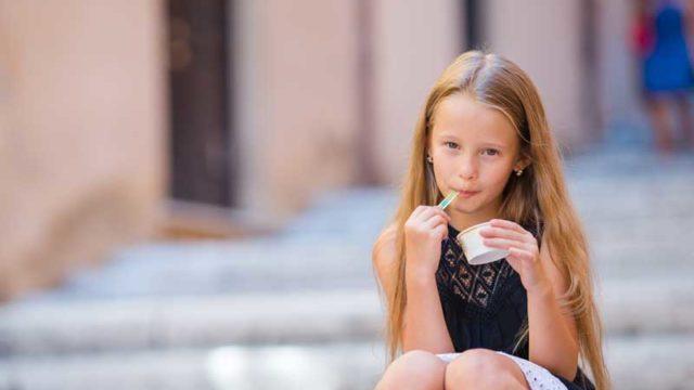 アイスクリームを食べる少女のサムネイル