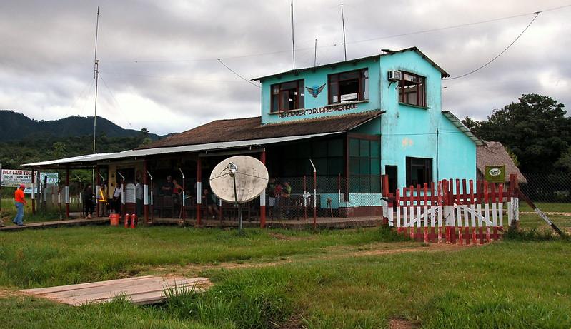 ルレナバケ空港の管制塔