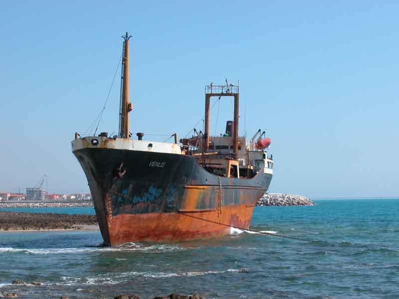座礁している船