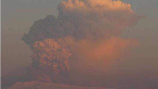 エイヤフィヤトラヨークトル火山のの噴煙