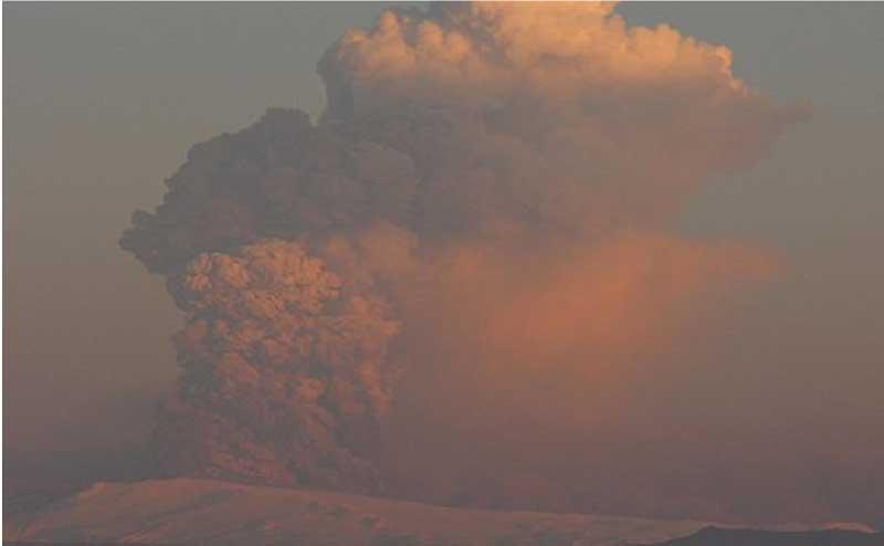 エイヤフィヤトラヨークトル山の噴煙