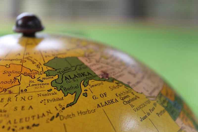 地球儀上のアラスカ
