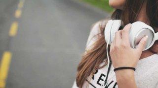 ヘッドフォンと女性